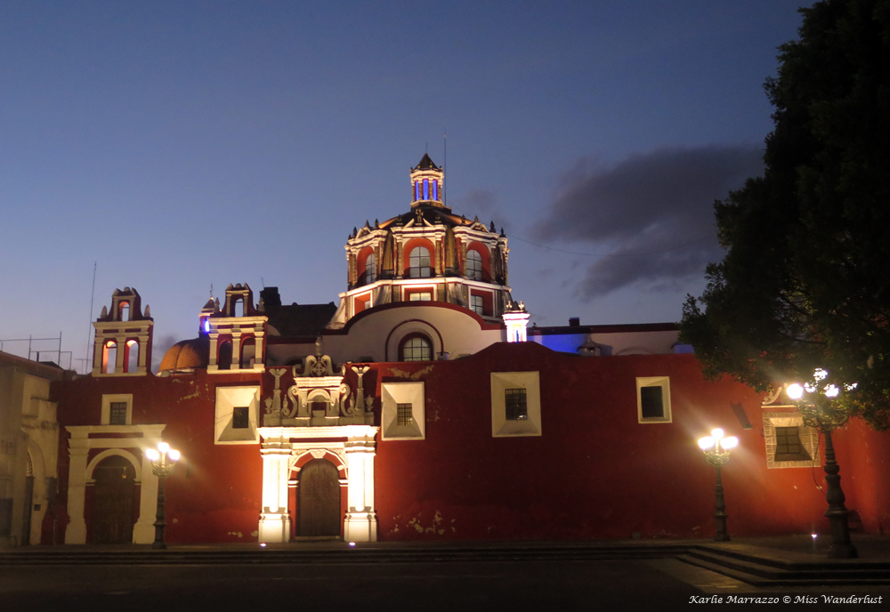 Iglesia de Santo Domingo in Puebla illuminated at night.